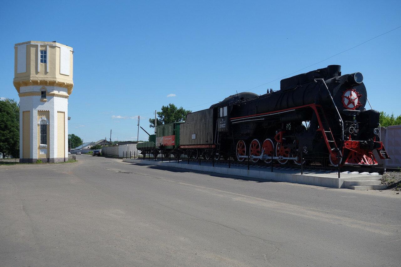 водонапорная башня у станции и паровоз Л-1822