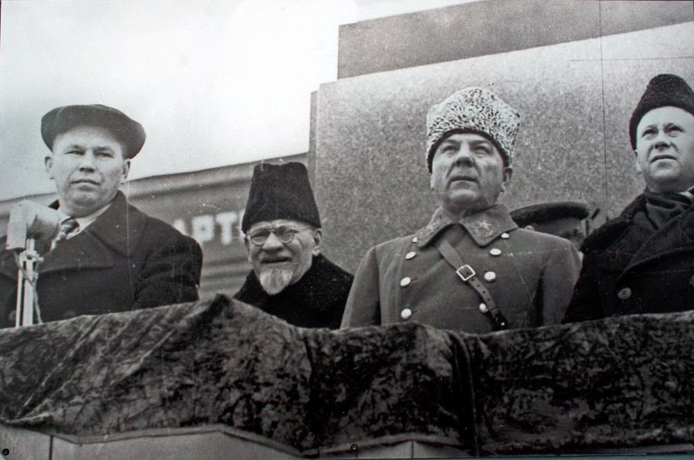 Маршал К.Е. Ворошилов и М.И. Калинин на трибуне во время парада 7 ноября 1941 года в городе Куйбышеве.jpg