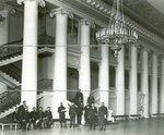 Группа депутатов Второй Государственной думы в колонном зале Таврического дворца.
