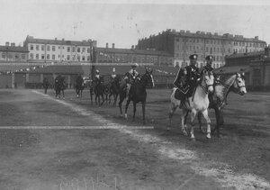 Участники конных состязаний выезжают на плац перед началом праздника.