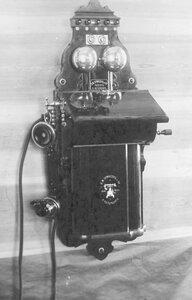 Внешний вид стенного телефонного аппарата с индукторным вызовом, служащего при установке однопроводной и двухпроводной линии.