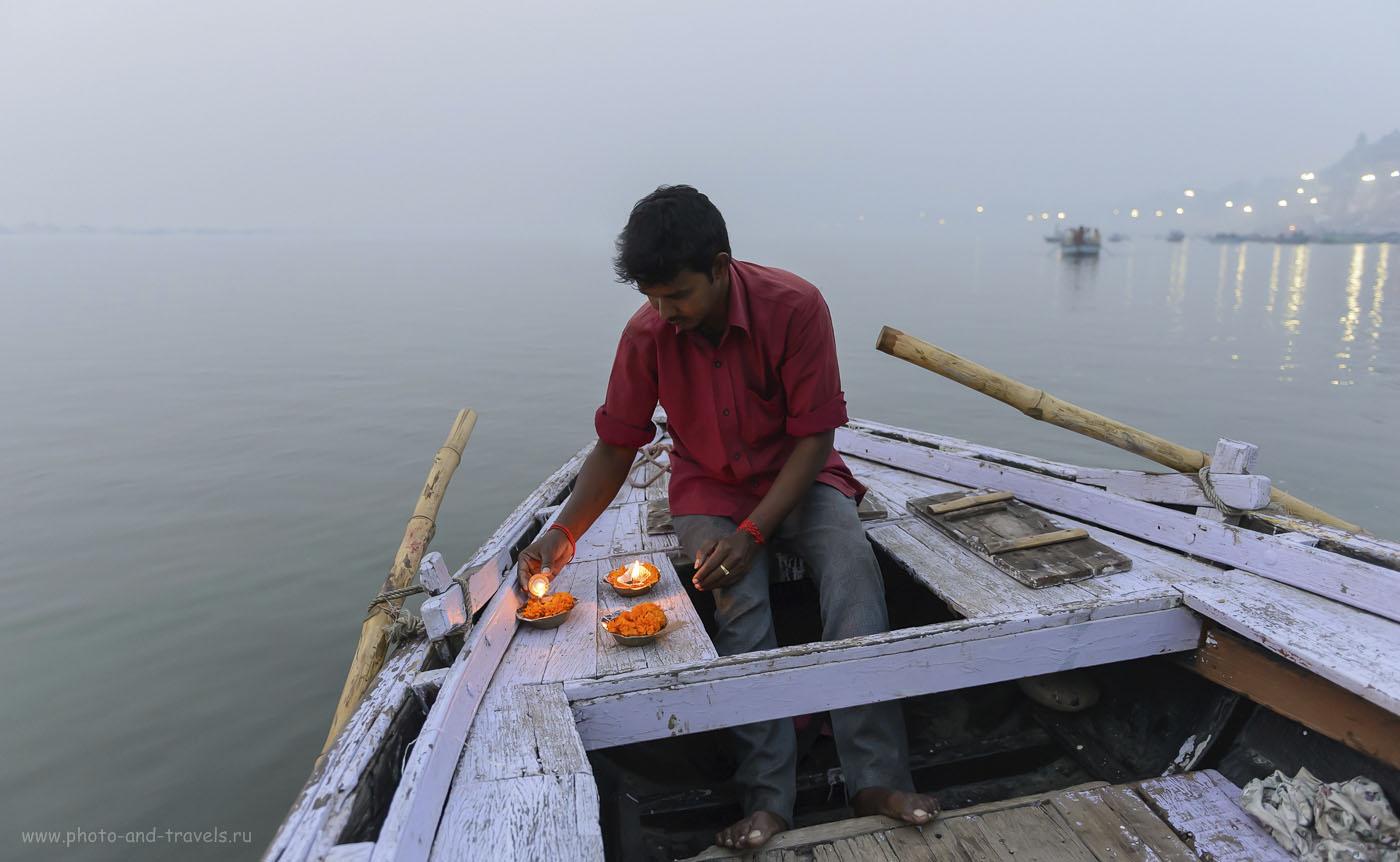 Фото 10. Чтобы очистить карму, индуисты спускают на воду «плотики со свечой». 1/200, 2.8, 2500, 24.