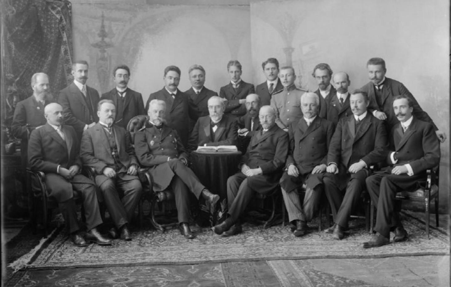 Группа врачей с губернатором М.Н. Шрамченко. 1908