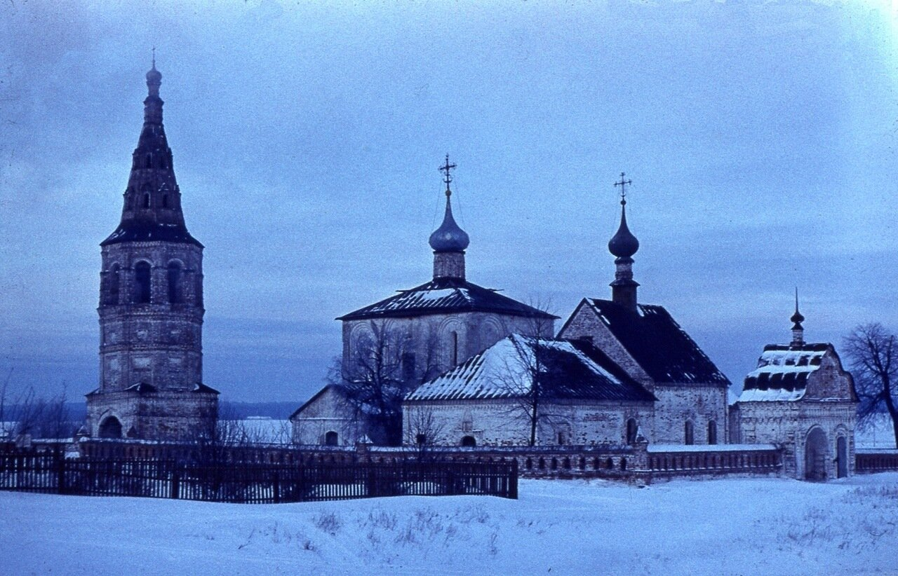 9.  Монастырь  днём
