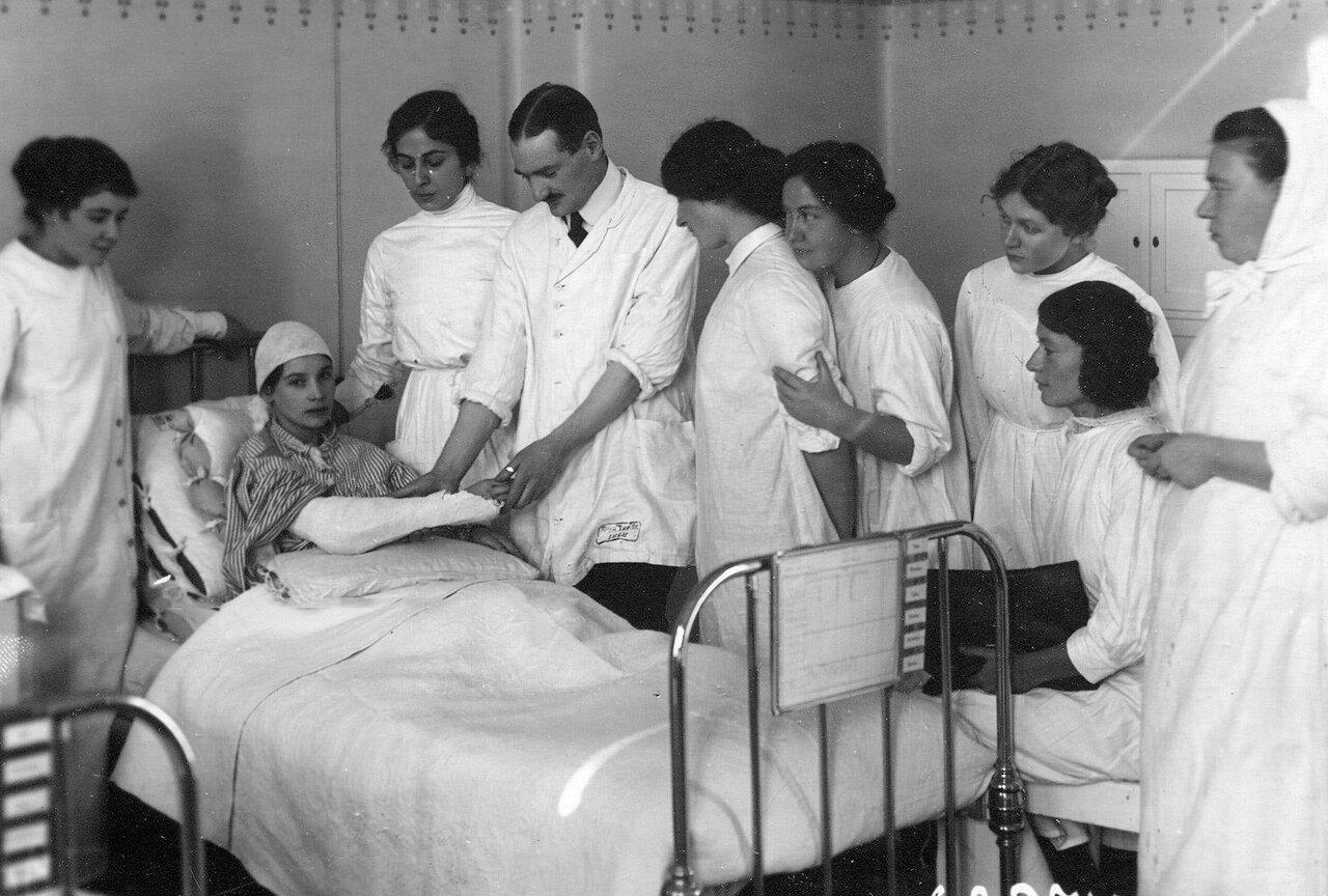 Слушательницы женского медицинского института с преподавателем на занятиях по хирургии
