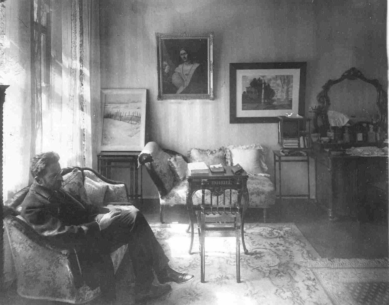 Барон А.В. Икскуль в спальне в своей квартире