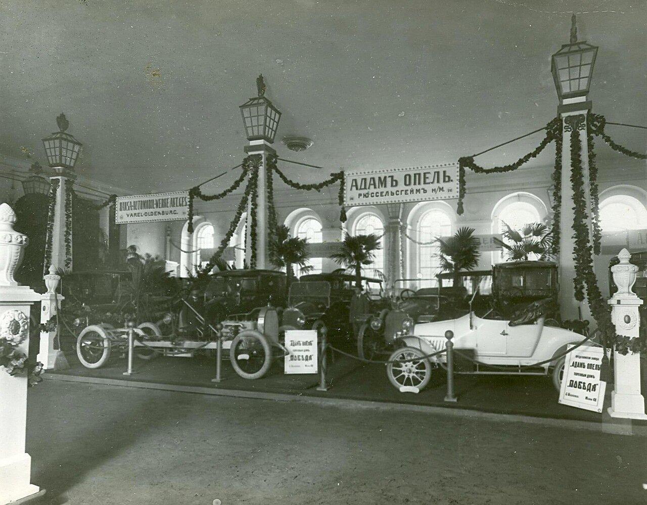 65. Часть выставочного зала  на первом плане - автомобили фирмы Адама Опеля