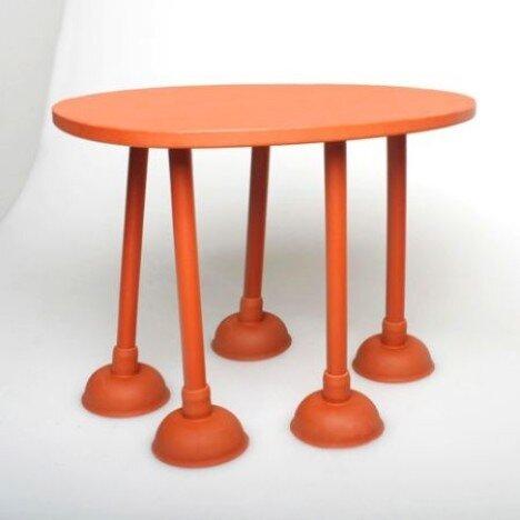 马桶搋子撑起的桌子