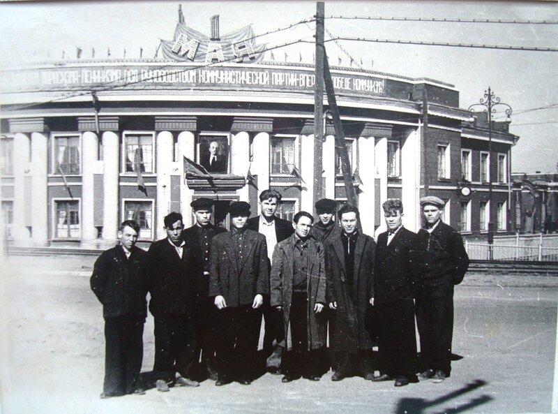 Бригада грузчиков цинкового завода.