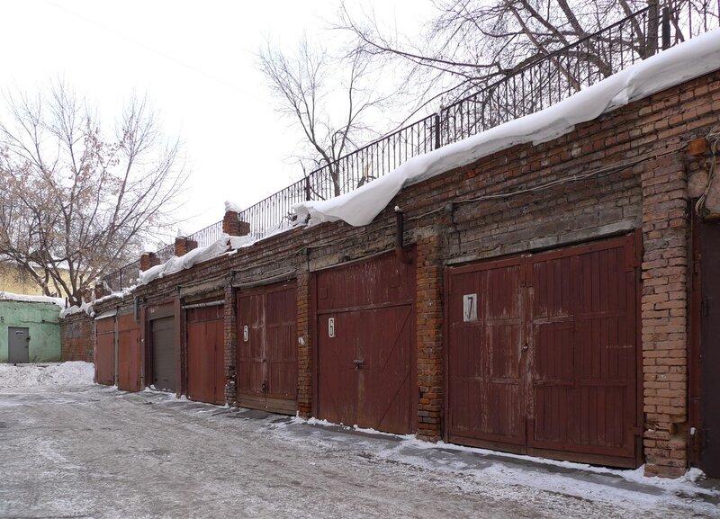 Старокаширское шоссе, подземные гаражи 1950-х, ворота