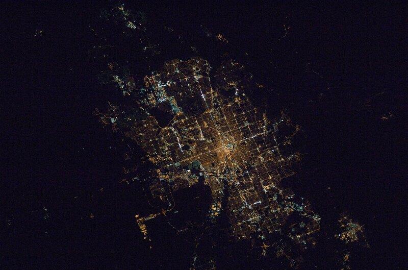 Район мегаполиса Денвер-Боулдер в ночи, штат Колорадо, США