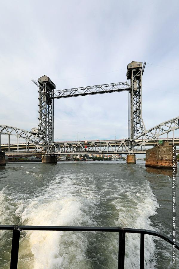 Ростовский разводной железнодорожный мост — трехпролетный арочный двухпутный мост с подъемной средней частью через реку Дон