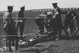 Орудийный расчет юнкеров у пушки во время учебной стрельбы.