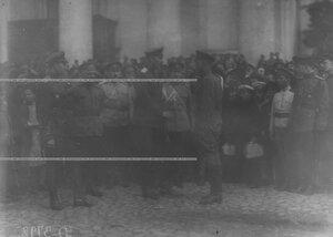 Командующий Петроградским военным округом  генерал-майор  О.П.Васильковский  принимает рапорт от командира полка.
