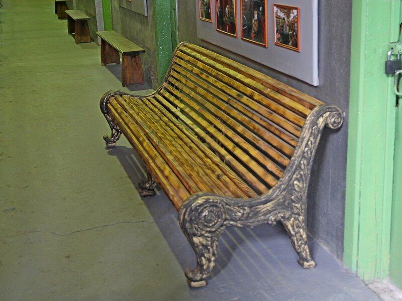 Классическая парковая скамейка  в музее городского электрического транспорта Санкт-Петербурга IMG_8769