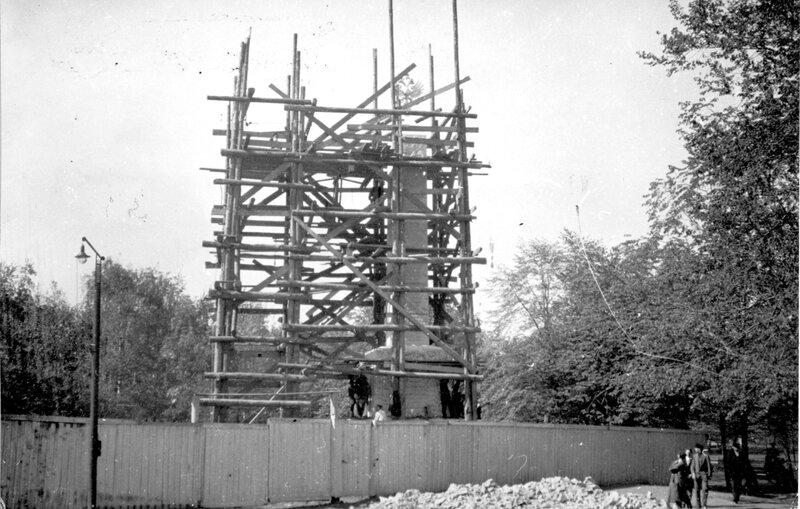 Создание Романовского обелиска в Александровском саду. 1914. Из архива Б.Е. Пастернака