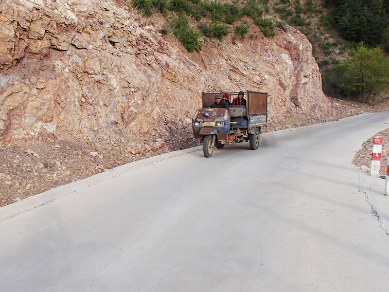 ржавый трехколесный грузовик в горах инь шань, внутренняя монголия, китай