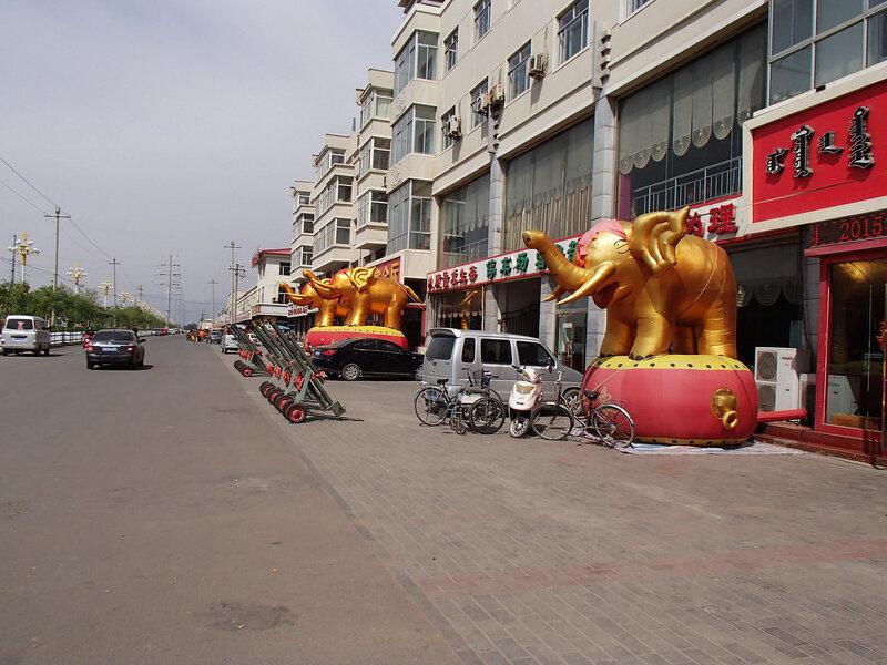 надувные золотые слоны в городе Tumote Zuoqi