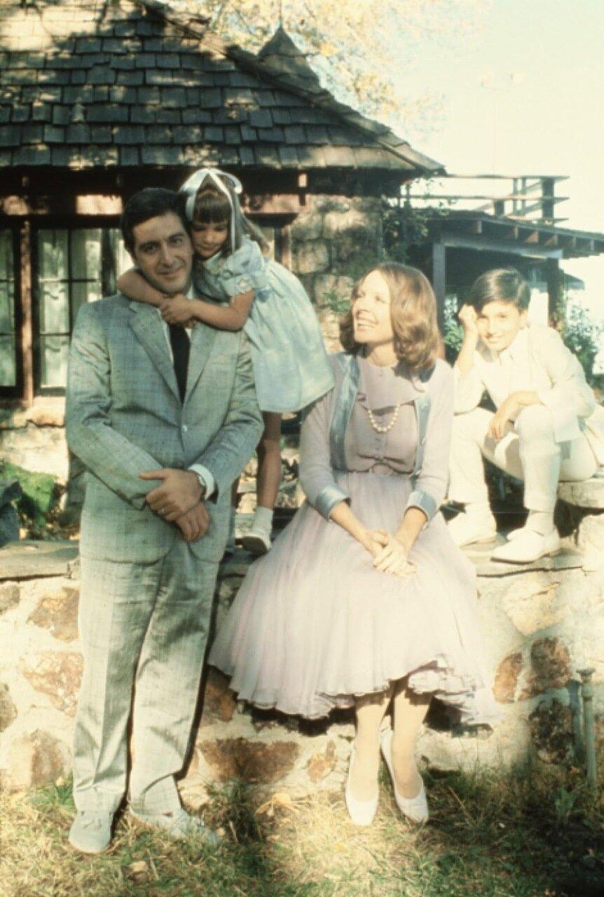 1974. Аль Пачино, Дайан Китон и их «дети» на съемках «Крестного отца», часть II