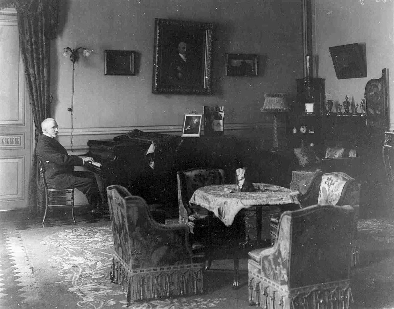 В.И.Тимирязев за роялем в гостиной