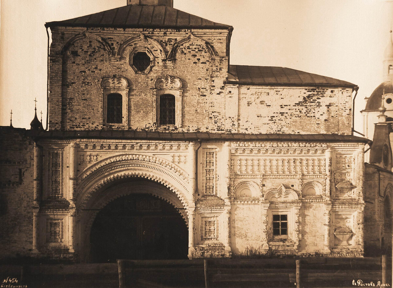 Вид части южной стены Никольской церкви и Святые врата бывшего Успенского Горицкого монастыря