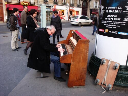 уличный музыкант, пианист, париж, франция