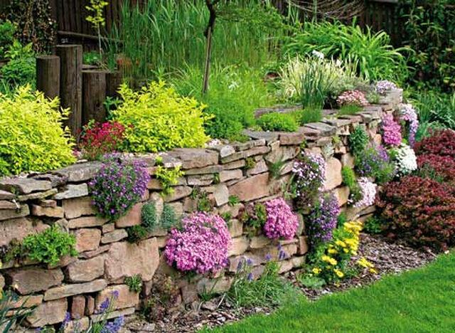 Подпорные стенки возводятся в местностях с неровным рельефом, для того чтобы затруднить сползание и осыпание земли.