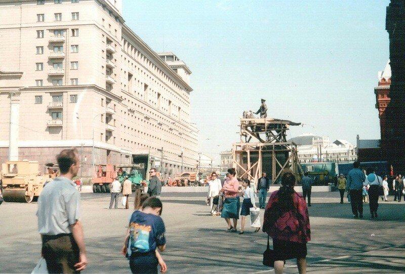 1995 у здания исторического музея сооружался памятник Г.К. Жукову.jpg