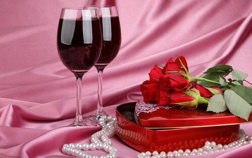 Два фужера, розы, бусы и коробочка-сердечко открытка поздравление картинка