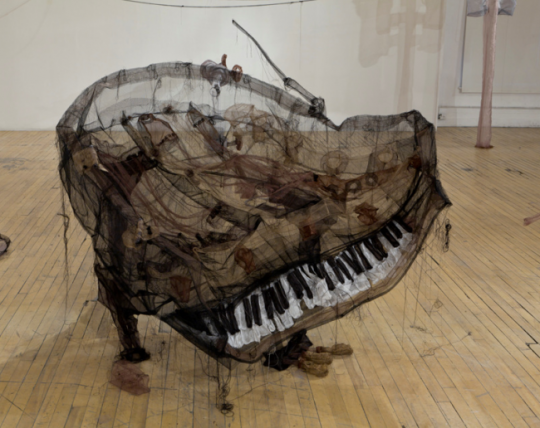 Хрупкие и туманные, призрачные и во всех смыслах материальные инсталляции Jannick Deslauriers / Яник Делорье