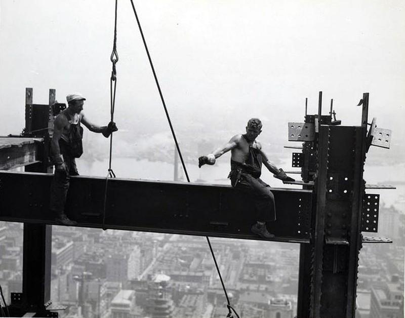 Все черно-белые снимки этого поста — работы Льюиса Викеса Хайна. Ему удалось запечатлеть не только в