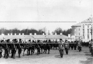 Подразделения проходят церемониальным маршем мимо принимающего парад императора Николая II.