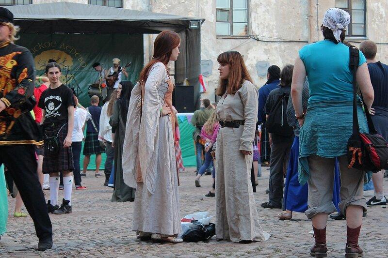 две девушки в средневековых белехонах на фестивале «Майское дерево 2014»