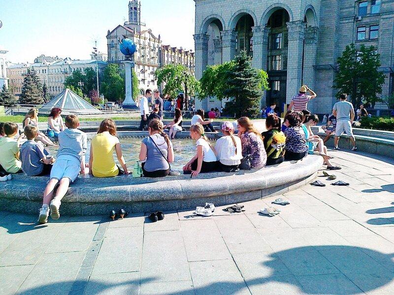 Отдых у фонтана на Майдане Незалежности