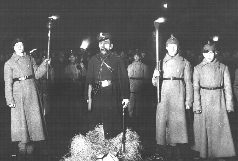 Первый праздник советской милиции на Дворцовой площади. Участники готовятся сжечь чучело царского городового. Петроград, 1922 год.