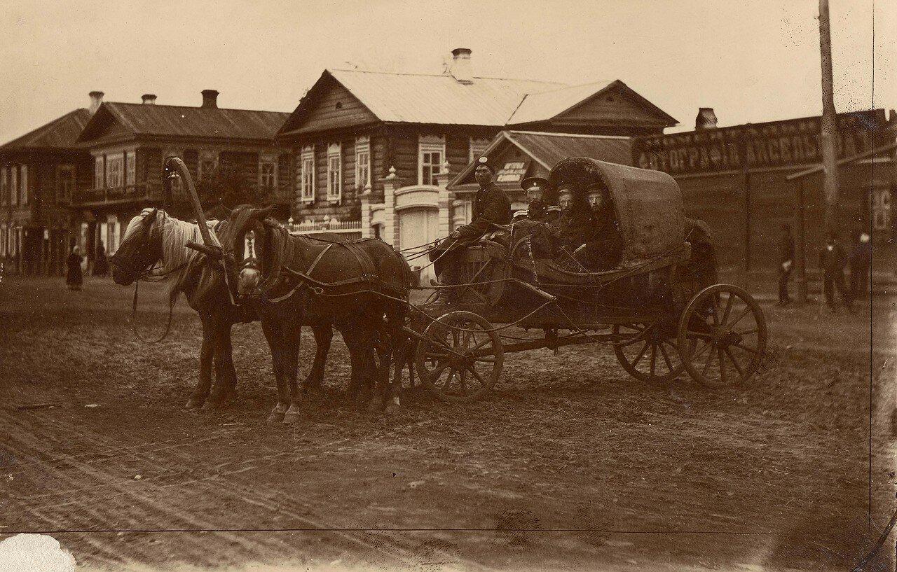 Конный почтовый экипаж на ул. Воскресенская, к. ХIХ — н. ХХ вв.