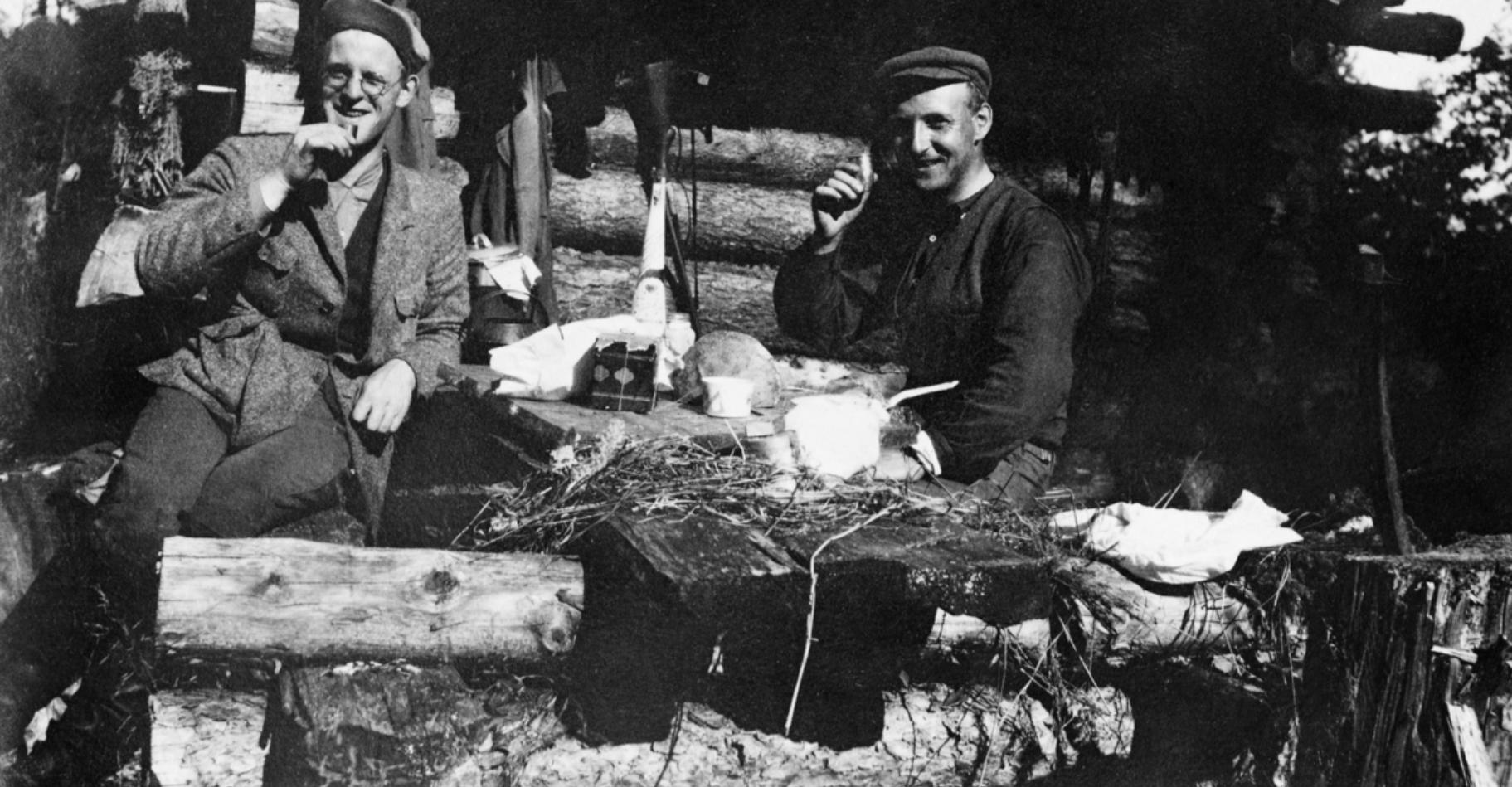 Человек слева - Кааре Нансен, а товарищ справа в настоящее время не идентифицирован. Кааре Нансен был вторым из пяти детей полярного героя Фритьофа Нансена. Кааре закончил Сельскохозяйственный университет в Акерсхусе