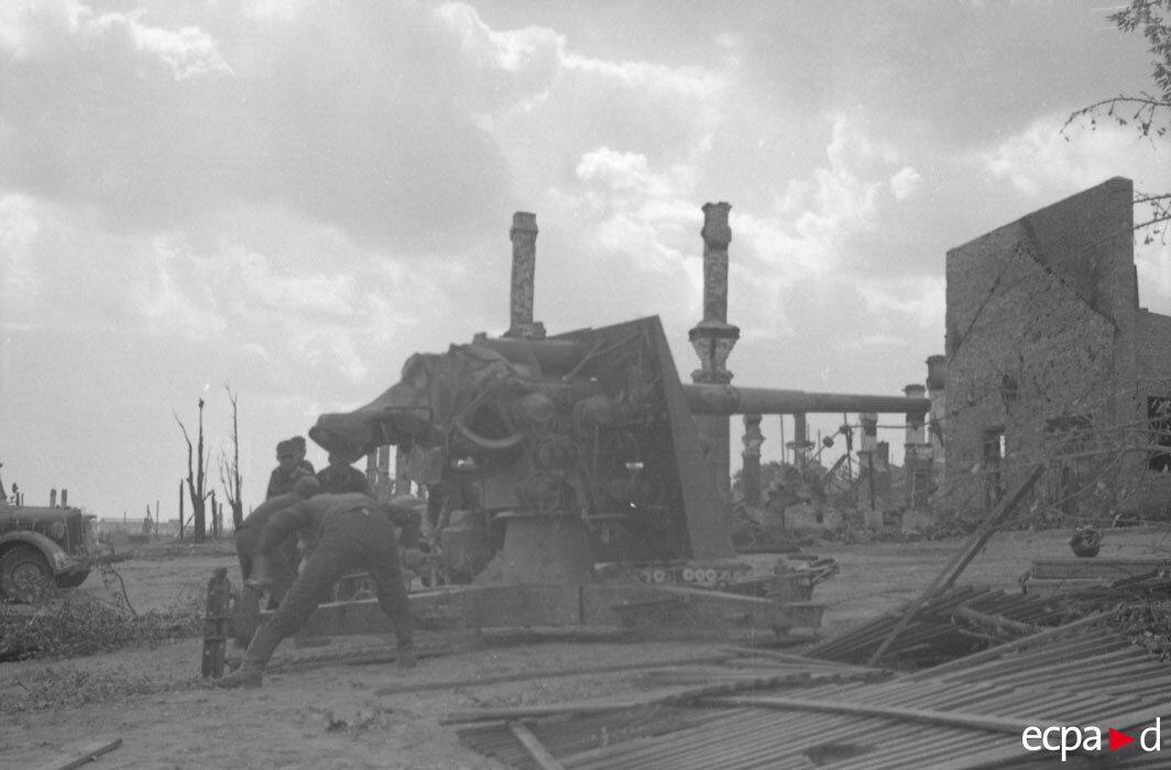 В ходе боев на юге Сталинграда. На снимке артиллеристы, вероятно, DCA, 5-й полк ВВС Германии