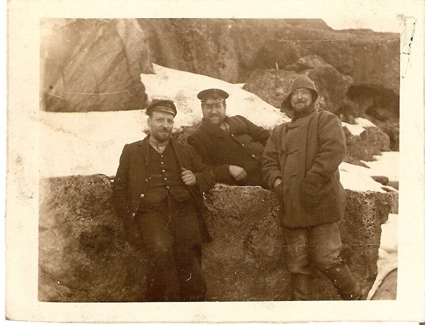 1915. Томас Паркер (в центре), Россия