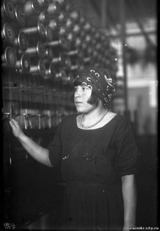 Ударница Неустроева, крутильщица Паркоммуны. 1931