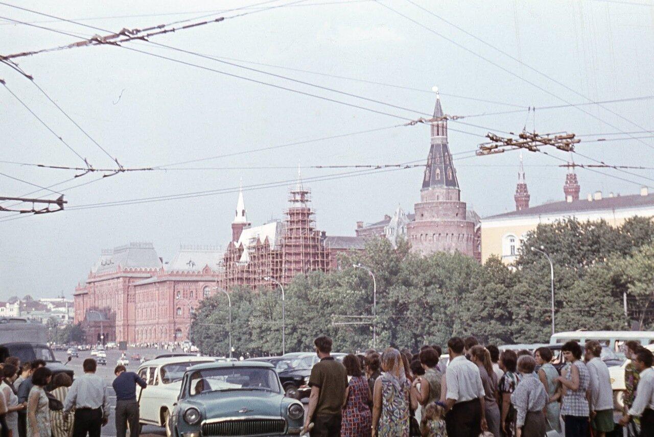Охотный ряд (проспект Маркса), вид на Исторический музей и Арсенальную башню Кремля.