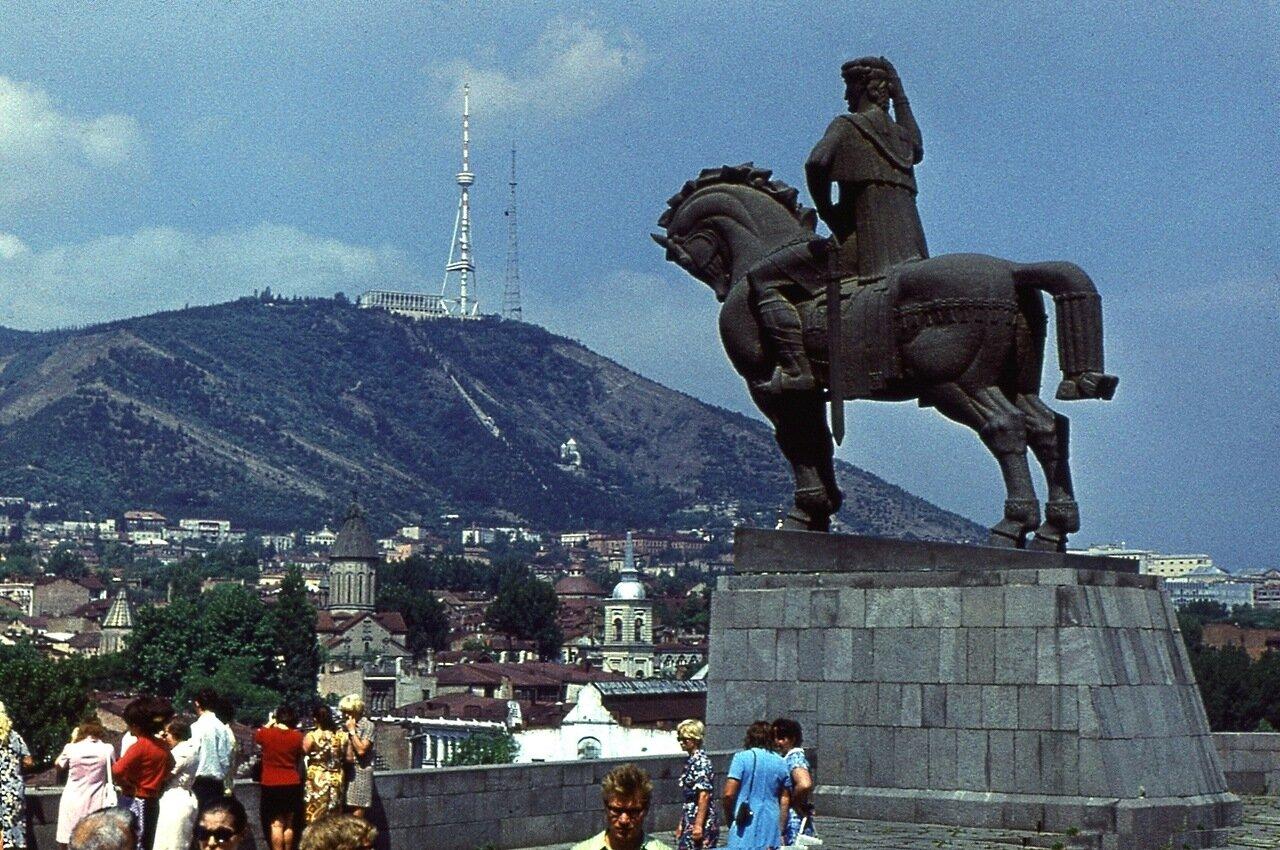 4.  Вид на город и гору Мтацминда