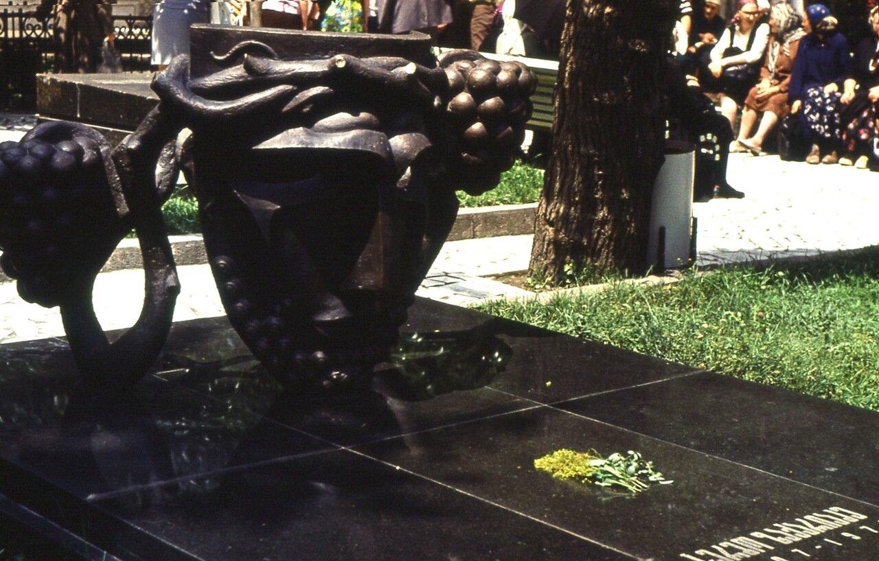 11.  Надгробие Серго Закариадзе
