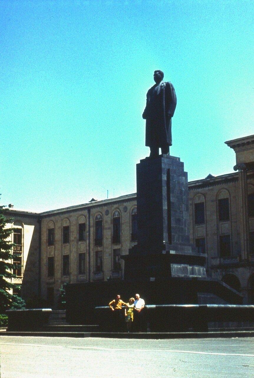 16.  Памятник Сталину