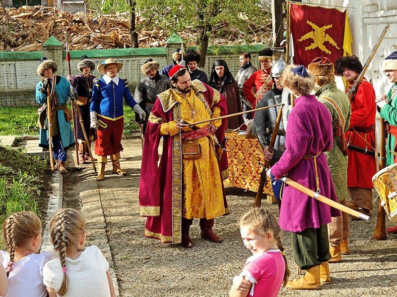 Осмотр оружия и одежды воинов