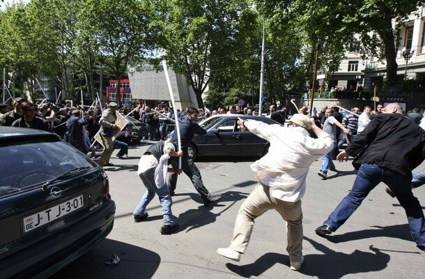 Тбилиси: сегодня - вчера Opposition supporters clash with unidentified men in Tbilisi