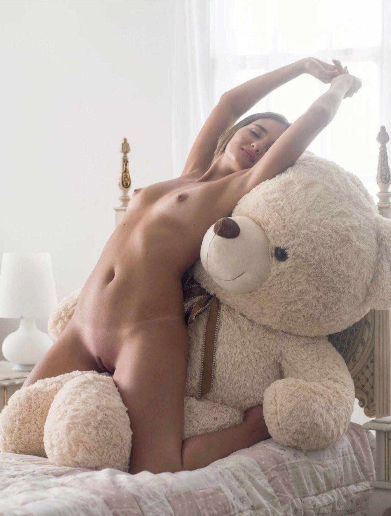 Фото как девушка трахается с плющевым медведем 24 фотография