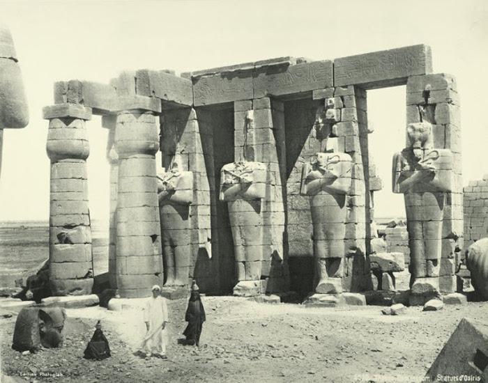 Статуи Озириса.