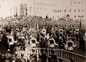 Группа высших государственных чинов у Чудова монастыря в Кремле с императорскими регалиями [по окончании церемонии торжественной коронации в Успенском соборе].