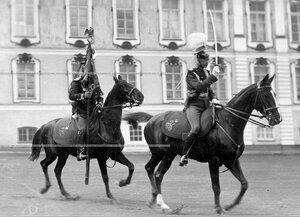 Адъютант полка, вахмистр с полковым штандартом на плацу перед  Екатерининским дворцом во время парада Уланского полка.